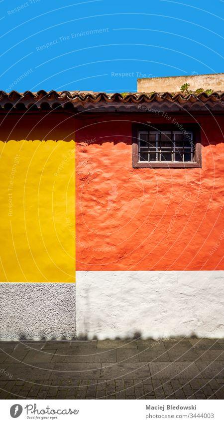 Bunte Wand eines Hauses. farbenfroh Gebäude orange gelb Hintergrund La Laguna Großstadt Straße Teneriffa Spanien Architektur San Cristobal de La Laguna alt