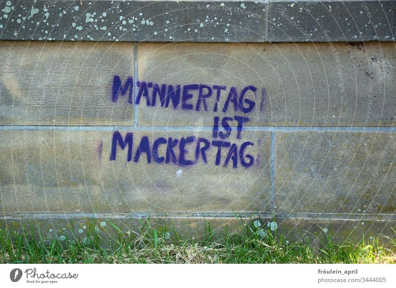 Männertag - Graffiti auf Steinmauer Mauer Schriftzeichen Spruch urban KOmmunikation frech Feiertag Typographie typisch Vorurteil provokant provozieren