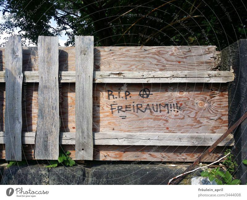 RIP Freiraum - Schriftzug an einem Holzzaun Eingrenzung Absperrung geschlossen Brett Zaun Barriere Schutz Verbote Sicherheit Schriftzeichen Freiheit rebellisch