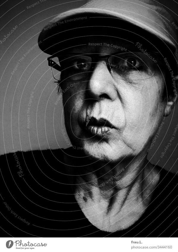 Mit großen Augen starrte die alte Frau in die Zukunft, doch da halfen weder das Basecap noch die Brille, sie sah einfach nichts. Porträt Blick 1 Erwachsene
