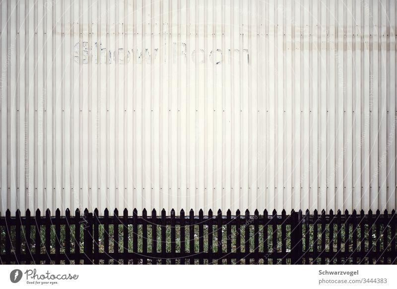 Verwitterter Schriftzug ShowRoom an Metallfassade Fassade Zaun showroom vergilbt verwittert vertikale Strukturen Industrie Gewerbe