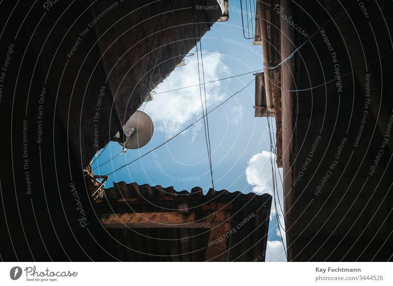 Himmel durch dichte Gebäude in einer Favela in Rio de Janeiro, Brasilien Air Appartement Architektur schön blau Windstille Stadtleben übersichtlich Cloud