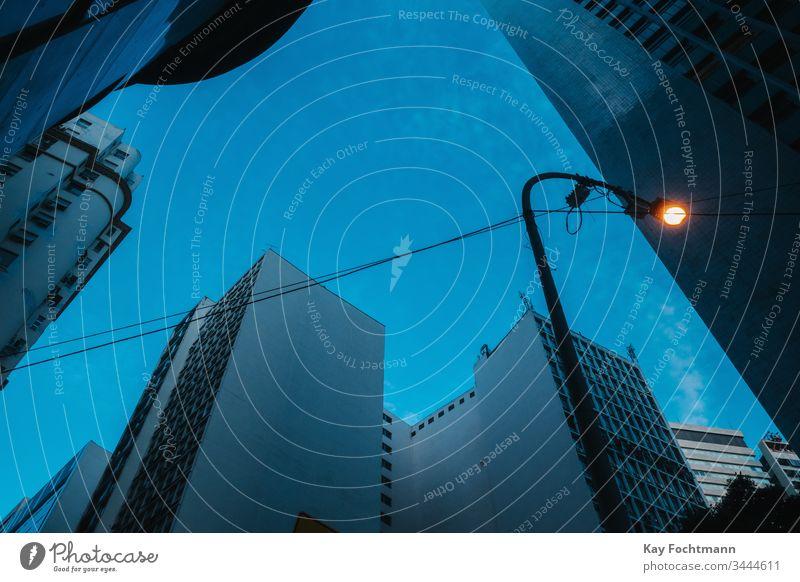 Niedrigwinkelansicht von Wolkenkratzern im Stadtzentrum von Rio de Janeiro, Brasilien, im Morgengrauen Architektur Blaue Stunde Gebäude zentral Großstadt