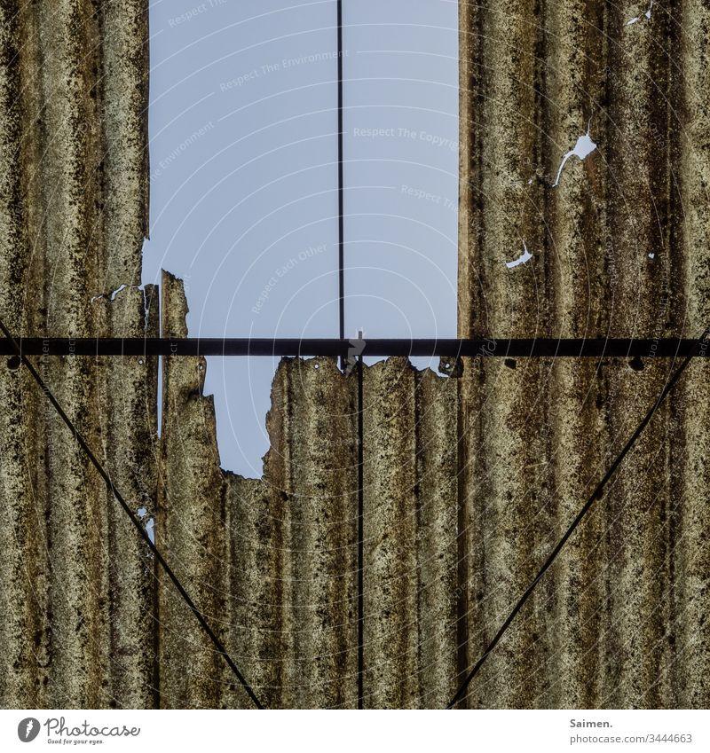 Altes Dach Himmel Wellblech alt Ruine kaputt Zerfall Verfall blauer Himmel Linien und Formen geometrisch Formular