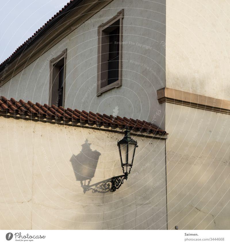 Laterne laterne lampe Schatten Haus Fassade Mauer Zauberstab licht strassenlaterne Stadt Prag urban fenster Linien und Formen