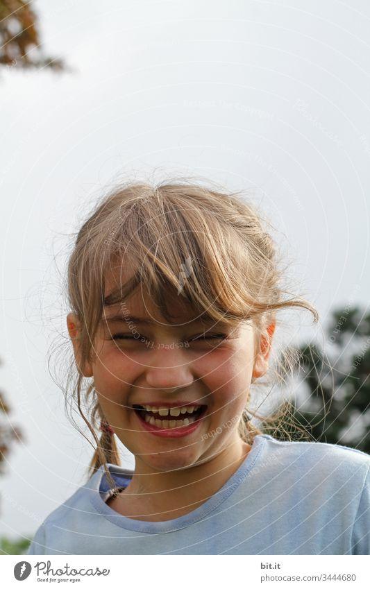 Augen zu, Zähne zeigen und herzlich Lachen, gefielen dem Mädchen lachend Porträt Mensch Gesicht Blick Fröhlichkeit fröhlich lustig Glück glücklich Himmel Natur