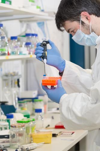 man pipettiert im Labor Pipette Tropfer Pipettieren Analyse Analysieren biologisch Biotechnologie Pflege Chemikalie Chemiker Chemie Klinik Korona Coronavirus