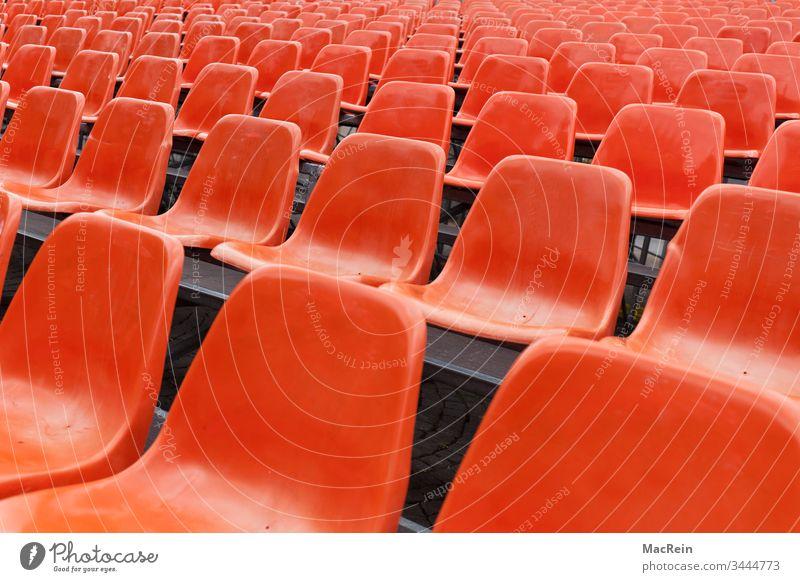 Rote Sitzreihen sitze sitzreihen sitzstühle sitzplätze sitzsplatz rot leer nicht besetzt frei plätze veranstaltung niemand textfreiraum besucher