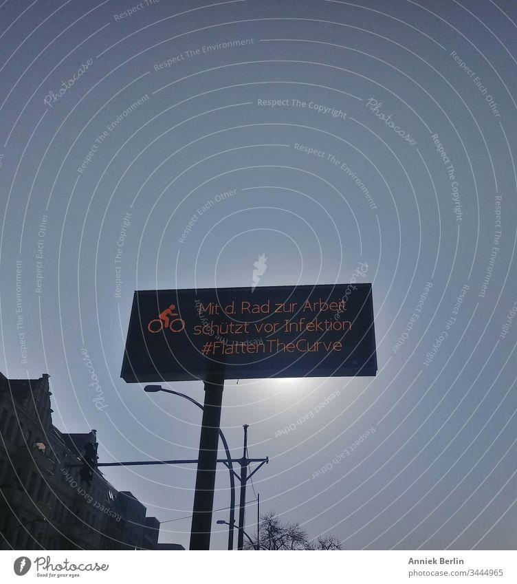 LED Display #FlattenTheCurve Stadt Berlin Außenaufnahme Farbfoto Corona Coronavirus COVID-19 Pandemie Prävention Straßenschild Schutz Infektion Straßenverkehr