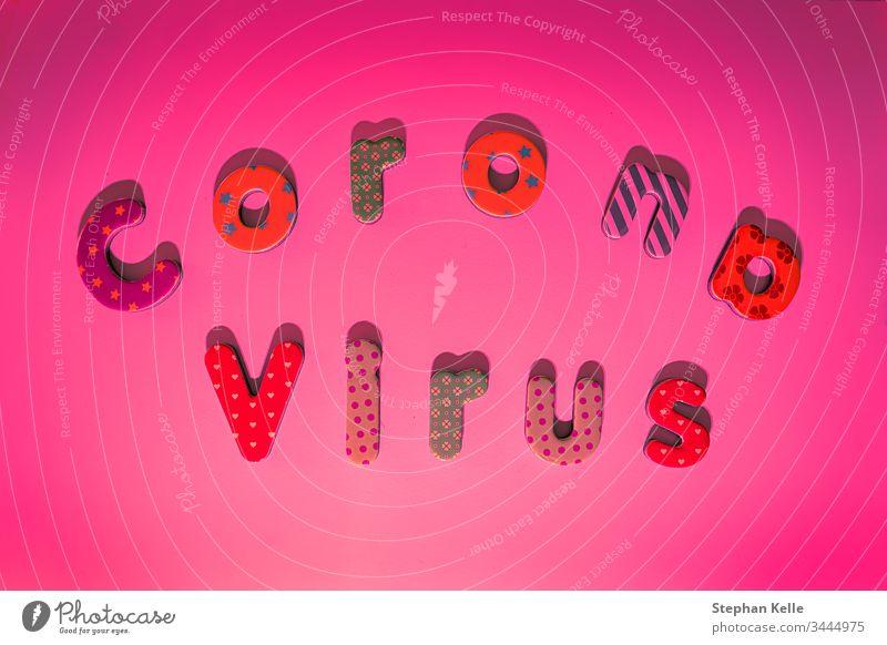 Corona-Angst, die Bedrohung durch den Covid-19-Virus ist eine globale Bedrohung - Pantone-Hintergrund mit farbigen Buchstaben. Korona Briefe pantone COVID