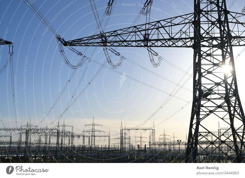 Umspannwerk unter klarem Himmel Elektrizität Hochspannung Hochspannungsleitung Gegenlicht Industrie Kabel Enerige erneuerbar Energiewirtschaft Energiewende