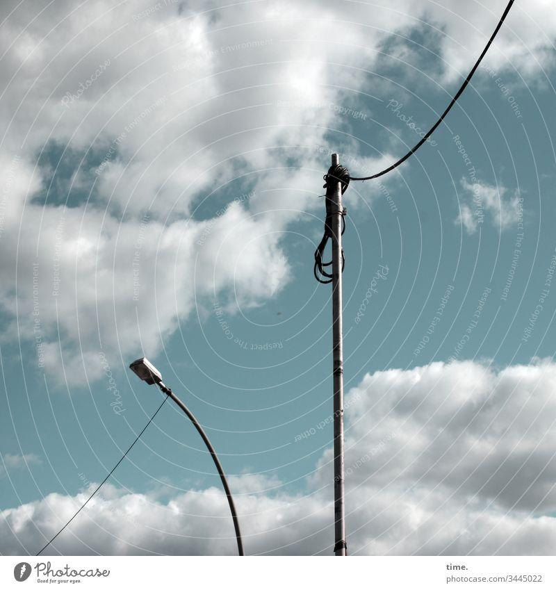 Seilschaften #35 laterne mast kabel baustelle himmel wolken zwei behelf hängen versorgung leitung strom gebogen senkrecht