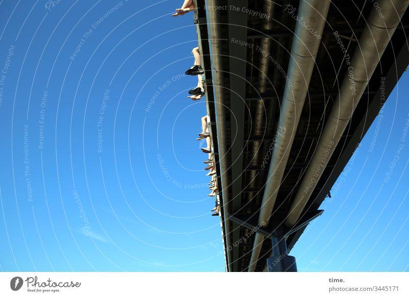 Beste Aussichten sonnenlicht himmel hoch hängen sicherung irritation sicherheit schutz oben perspektive linien schönes wetter versorgungsleitung beine füße