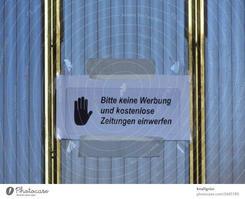 """Mitteilung """"Bitte keine Werbung und kostenlose Zeitungen einwerfen"""" mit Klebeband an einer verglasten Haustür angebracht Verbote selbstgebastelt Hinweisschild"""