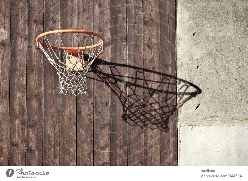 Neues vom Spocht Sport Fitness Sport-Training Ballsport werfen Basketballkorb Kreis Netz rot Bretterzaun vertikal Gedeckte Farben Außenaufnahme Menschenleer
