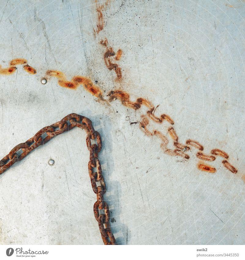 Reingebacken Gette Metall Kettenglieder Rost alt verrostet Spuren Detailaufnahme Außenaufnahme Zahn der Zeit Nahaufnahme Strukturen Muster abstrakt trist