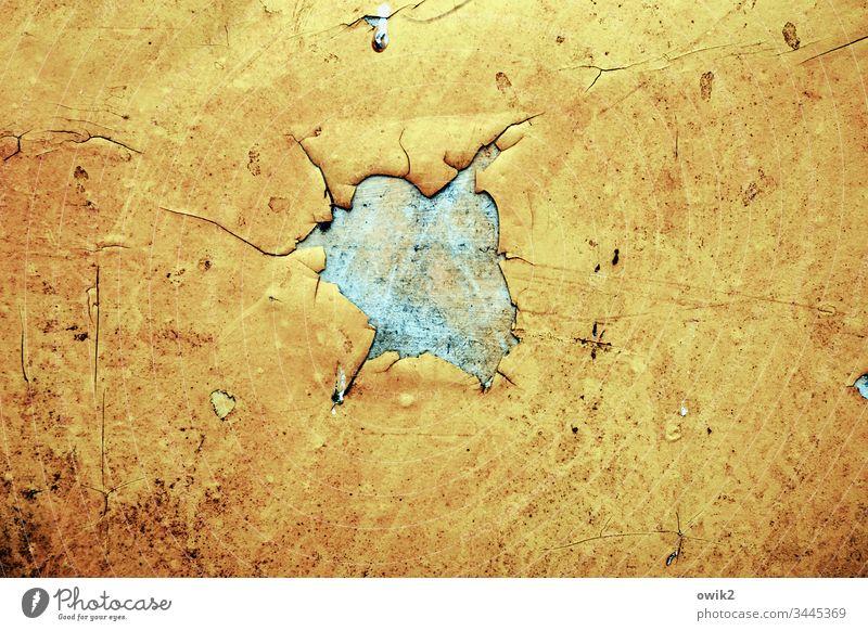 Schwarzes Loch Kunststoff Metall Wand Stück schadhaft kaputt Einschuss Abdeckplane Schutz gelb alt blau türkis Abnutzung Zahn der Zeit zerschlissen verfallen