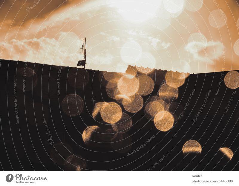 Häusermeer in Sepia Wassertropfen Regen Regentropfen Himmel Sonnenlicht Wolken Dach Antenne Horizont funkeln leuchten Gegenlicht Schönes Wetter Haus Hausdach