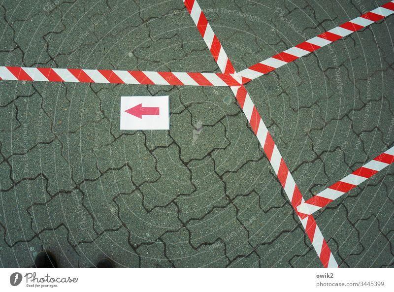 Die Zeichen der Zeit Absperrung Straßenpflaster Bürgersteig Baumarkt unten Beton Steine Muster Struktur Textfreiraum unten Strukturen & Formen Linie