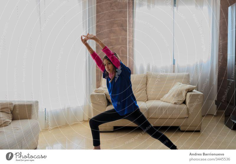 Kleines Mädchen in Sportkleidung posiert elementar freundlich lebend wenig Aufrichtigkeit lässig Sofa Model Liebe spielerisch Kind niedlich Lifestyle Ausdruck