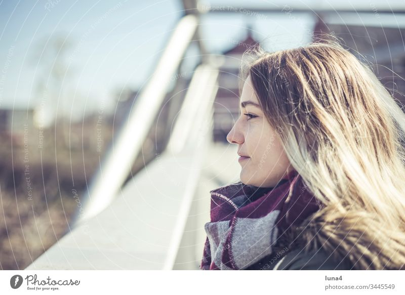glückliche junge Frau in der Stadt nachdenklich lächeln Brücke attraktiv Glück zufrieden fröhlich Geländer sinnlich Freude zuversichtlich positiv optimistisch