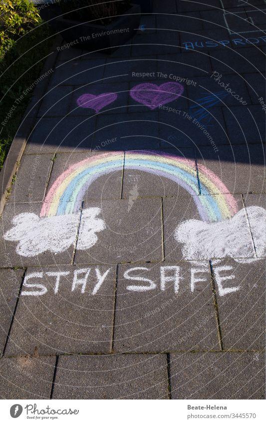 """Appell an die Vernunft: mit Kreide gemalter Regenbogen und Herzen """"Stay Safe"""" Glück Malerei Gesundheit Virus-Ausbreitung Pandemie - Krankheit Hoffnung Wunsch"""