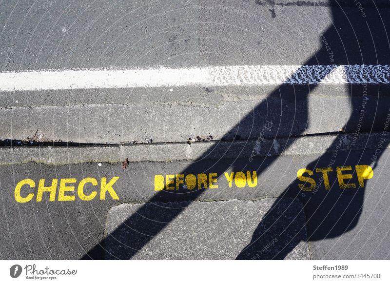 Warnhinweis auf einer Straße Stay save stay home corona covid 19 aufpassen Rücksicht bedacht Coronavirus Pandemie Prävention Corona-Virus Gesundheit Hinweis