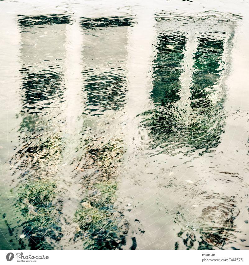 Wasserstand Wasserspiegelung Wasseroberfläche Haus Mauer Wand Fenster nass Stadt Farbfoto Gedeckte Farben Außenaufnahme abstrakt Muster Strukturen & Formen