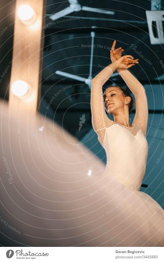 Elegante Ballerina in weißem Kleid tanzt im Studio Aktion Erwachsener attraktiv Hintergrund Gleichgewicht Balletttänzer Körper Choreographie klassisch Klassik