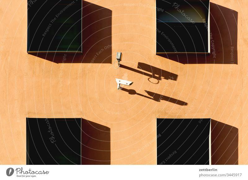 Überwachungskamera überwachung überwachungskamera sicherheit fassade fenster frühjahr haus licht schatten sonne symbol urban berlin deutschland frühling außen
