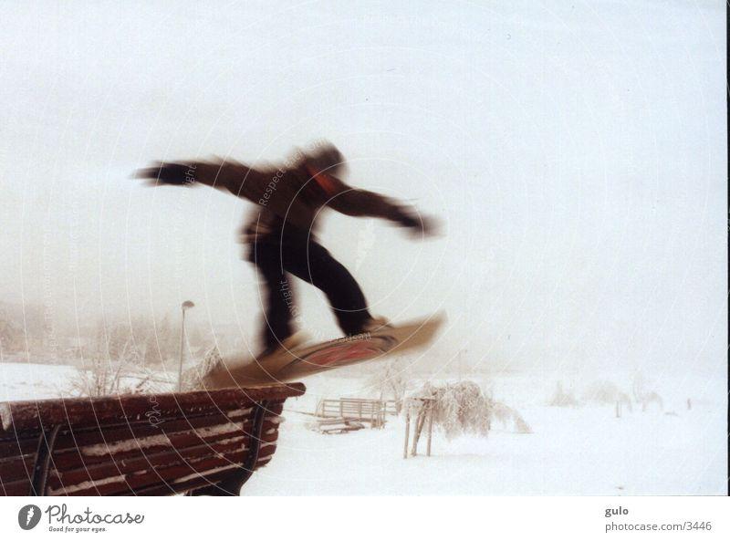 In Bewegung springen Snowboard Langzeitbelichtung Sport Bank Grind Parkbank Trick Snowboarder Snowboarding Freestyle talentiert Bewegungsunschärfe 1 Nebel