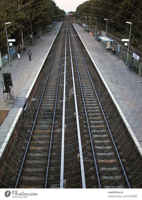zweigleisig S-Bahn Gleise Bahnsteig Fluchtpunkt Perspektive Verkehr Eisenbahn Berlin biesdorf Bahnhof Wege & Pfade warten Mensch