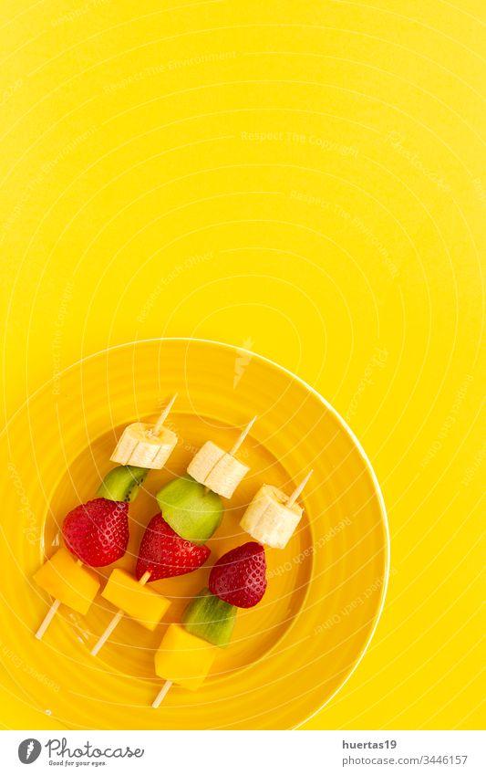 Gesunde Obstspieße von oben Frucht Lebensmittel Hintergrund Snack Ansicht Top Dessert Teller Sommer Picknick Spieße Banane Kiwi erdbeeren Mango roh Textfreiraum