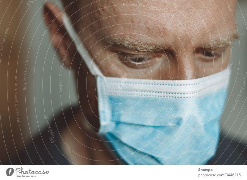 Porträt eines Mannes mit einer chirurgischen Maske Mundschutz medizinisch jung Gesundheit Schutz Pflege männlich Menschen Person weiß schützend Erwachsener