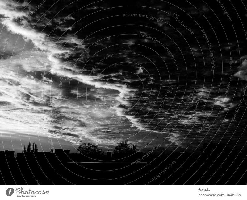 Still duckte sich die Stadt unter den bedrohlichen Wolken des nahenden Unheils. Himmel Sonnenuntergang Abend Abenddämmerung Häuser Hamburg
