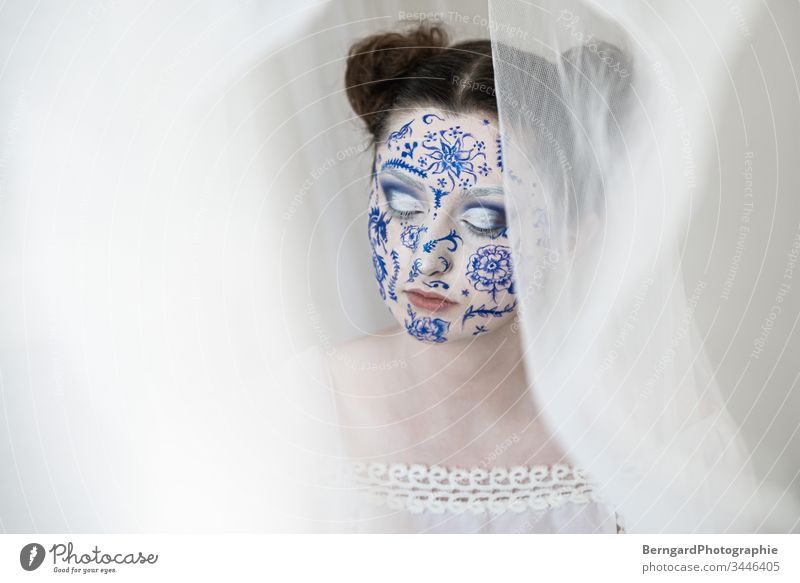 White blue white Make-up china Porzellan Bodypaint face facepainting relaxation auge schön Schminke Porträt Erwachsene Mode Mensch Farbfoto Farbe