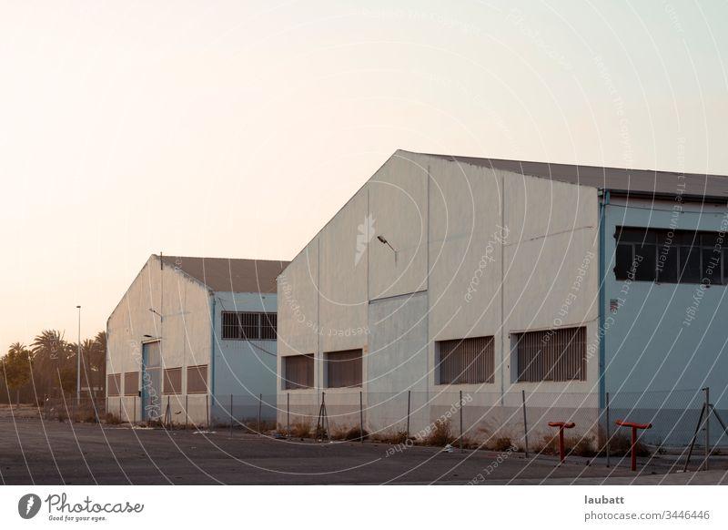 Industriehallen geschlossen - Rezession, Wirtschaftskrise - Verwüstete Fabrik - Sonntag - Industriepark in Spanien Depression Krise Industriebetrieb niemand