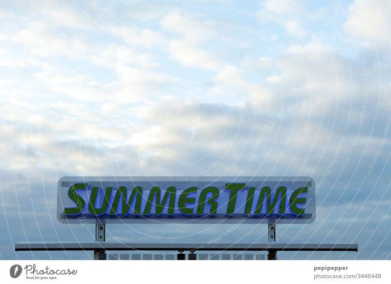 Schild am Strand, Summer Time Schilder & Markierungen Himmel Wolken blau Hinweisschild Schriftzeichen Außenaufnahme Farbfoto Horizont Menschenleer Tag