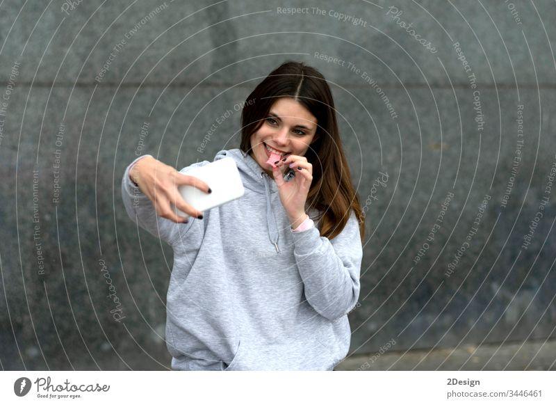 Attraktive junge Frau mit Lolli auf der Treppe im Freien sitzend Erwachsener schön Lollipop Selfie Mädchen attraktiv Person Porträt Schönheit Menschen Sommer