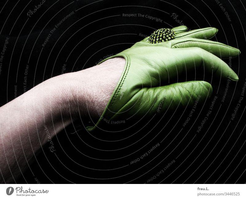Der grüne Handschuhe war extrem schick, der Strassring extra klasse, ihre Hand wirkte darin allerding ein bisschen overdressed in der wöchentlichen Qigongrunde des Seniorentreffs, fand sie.