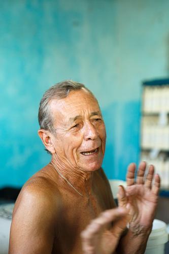 alter Mann in einem Versorgungslager - trinidad der alte Mann Kuba karibisch Insel Kubaner antik Porträt gutaussehend Nizza niedlich Menschen Straße