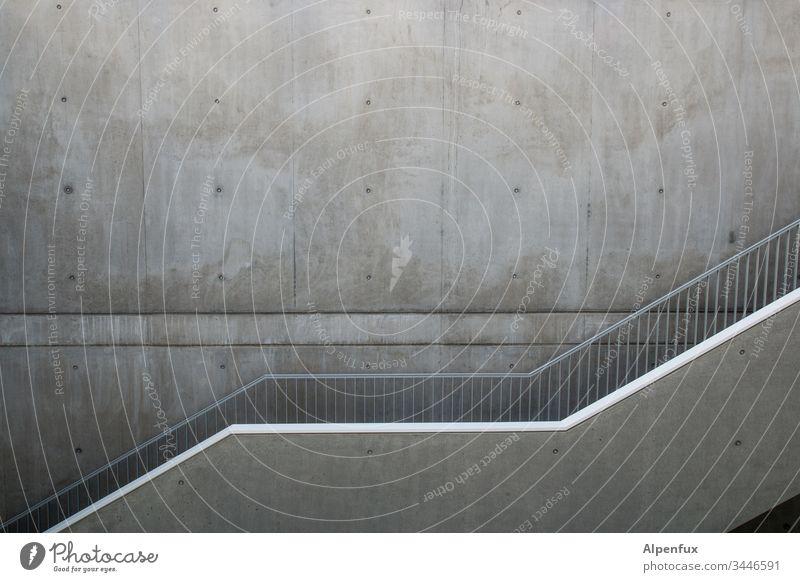 Parallelen Treppenhaus Beton Menschenleer Innenaufnahme Architektur Gebäude Wand Treppengeländer Mauer Bauwerk Geländer Haus Gedeckte Farben grau Schatten