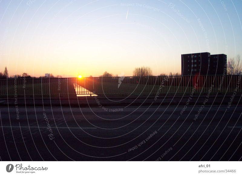Sonnenaufgang über der Emscher in Oberhausen (II) Brücke Gasometer
