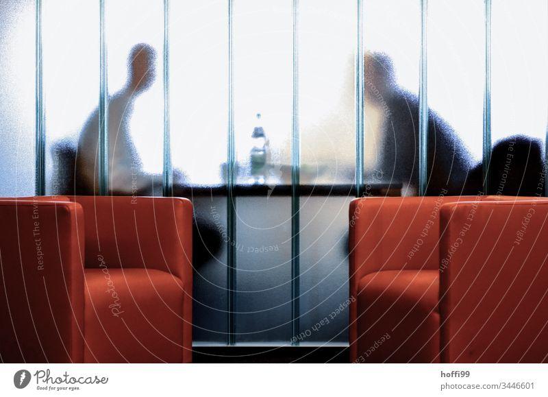von Angesicht zu Angesicht hinter einer Glaswand Büro Büroarbeit Arbeit & Erwerbstätigkeit Arbeitsplatz Business Innenaufnahme Unternehmen Beruf Studium Sitzung