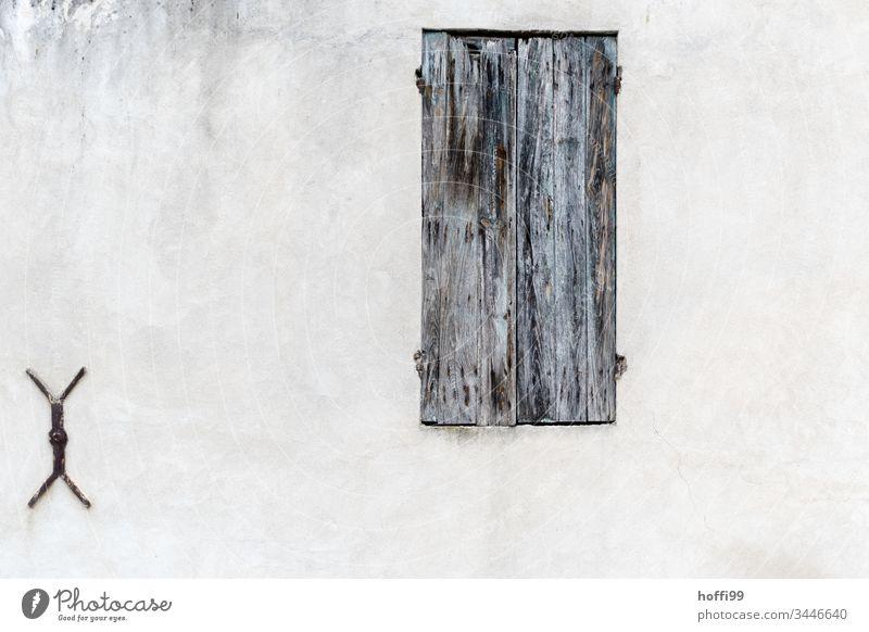 alte Fensterläden aus Holz mit Wandanker hölzern Jalousien Jalousie-Fenster Altstadt altes Stadthaus Fassade Haus Menschenleer zugeklappt Mauer Fensterladen