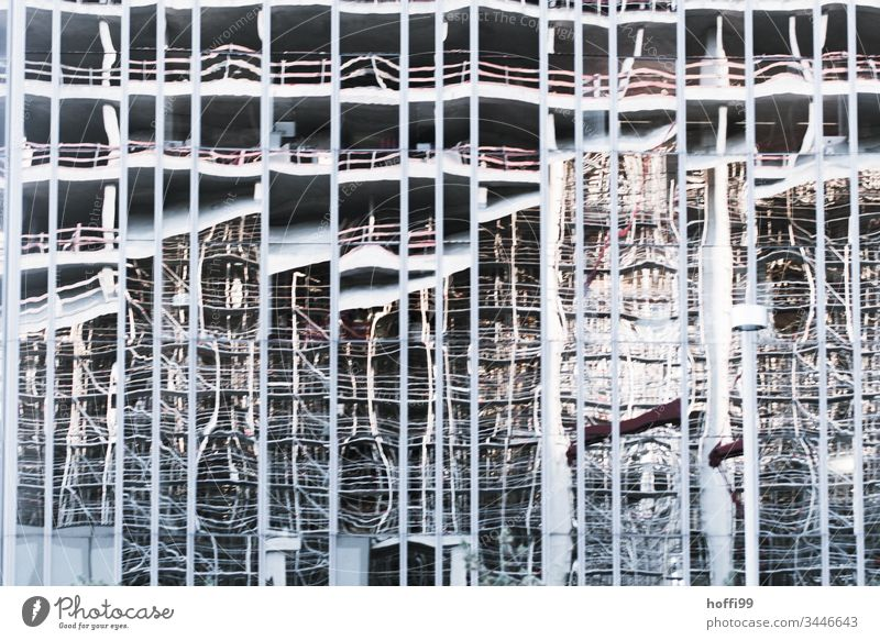 Baustelle im Spiegel abstrakt Spiegelung Architektur Reflexion & Spiegelung Gebäude Außenaufnahme modern Glas Licht Fassade Hochhaus Bauwerk Brüstungen