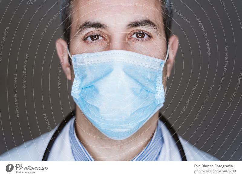 Nahaufnahme eines Arztes mit Schutzmaske und Stethoskop. Coronavirus Covid-19-Konzept Porträt Mann professionell Corona-Virus Krankenhaus arbeiten Infektion