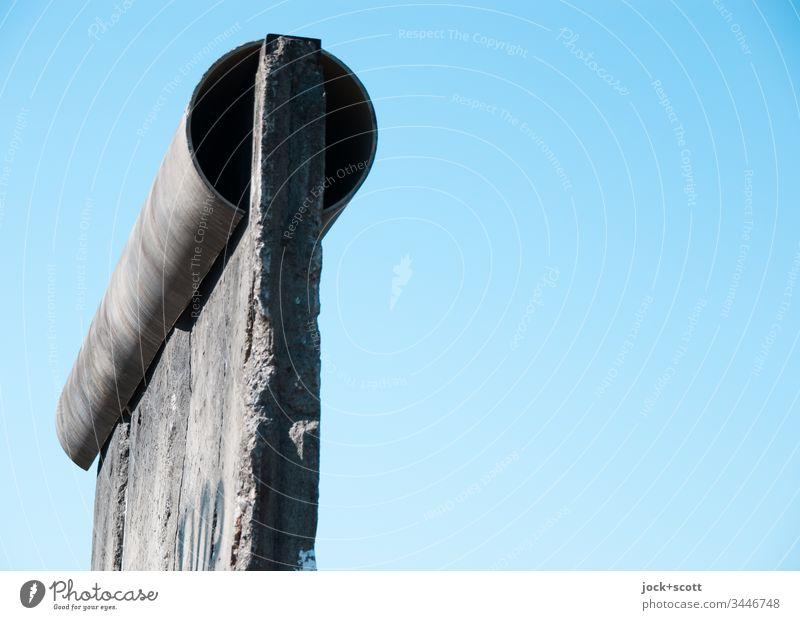 Mauerrest steht vor einem wolkenlosen Himmel Wolkenloser Himmel Berlin-Mitte Sehenswürdigkeit Beton authentisch Bekanntheit historisch Originalität kaputt