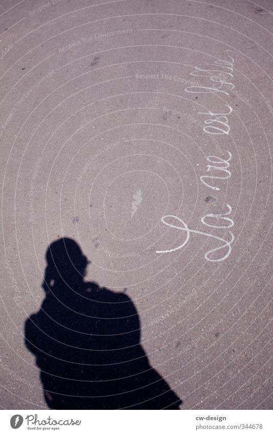 La vie est belle Mensch maskulin Junger Mann Jugendliche Erwachsene Leben 1 18-30 Jahre Zeichen Schriftzeichen grau schwarz weiß Gefühle Beton Schattenspiel