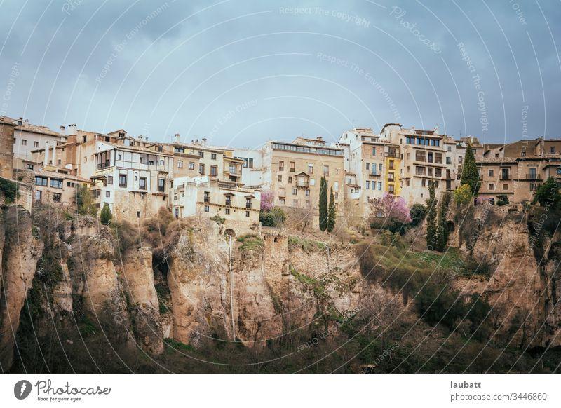 Stadt Cuenca, Landschaft - Blick vom Fluss auf die historische Stadt Cuenca, Spanien antik Architektur Brücke Gebäude Kastilien kastilla la mancha Kathedrale